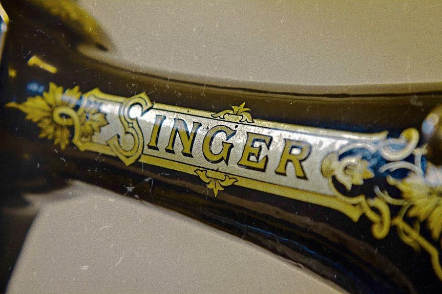 singer-sewing-machine-1363682290fm9